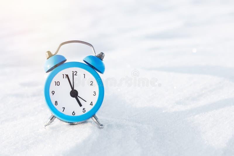 Sveglia d'annata sulla neve Il concetto del Natale e del nuovo anno Composizione magica fotografia stock libera da diritti