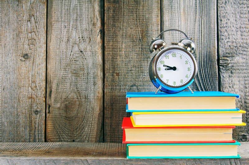 Sveglia e libri fotografia stock libera da diritti