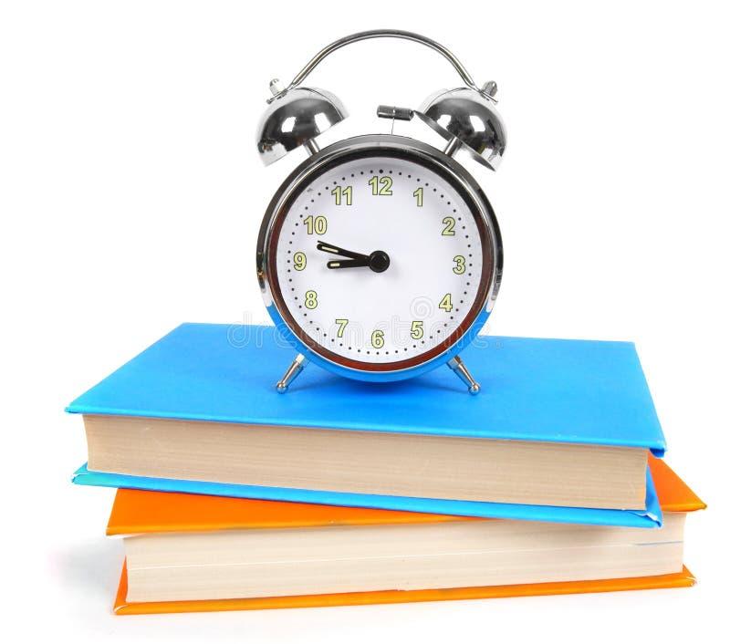 Sveglia e libri multicolori immagine stock libera da diritti