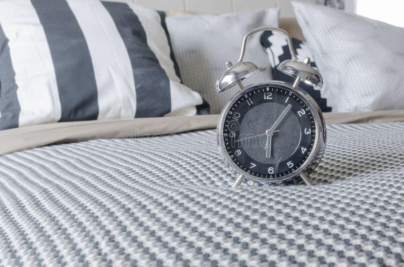 Download Sveglia Moderna Sul Letto In Bianco E Nero Immagine Stock - Immagine di cuscino, stanza: 55363551