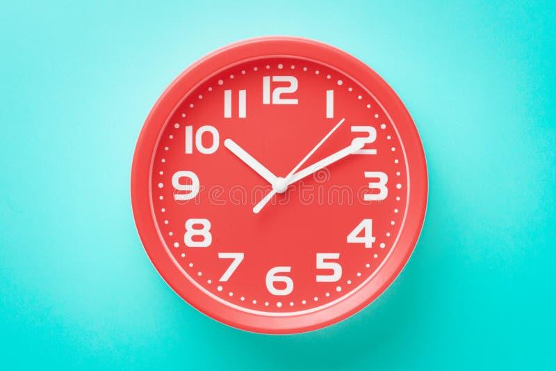 Sveglia rossa del primo piano di vista superiore su fondo verde fotografie stock libere da diritti