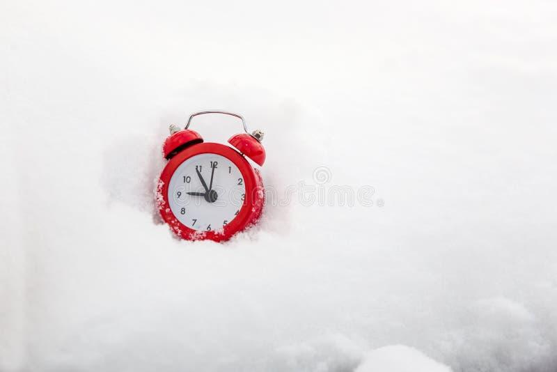 Sveglia rossa sul fondo di inverno immagini stock