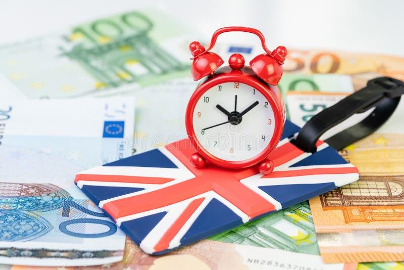 Sveglia sulla presa del sindacato, etichetta dei bagagli della bandiera nazionale del Regno Unito sulle euro banconote usando com fotografia stock libera da diritti