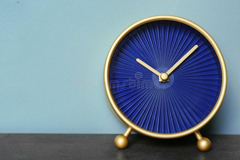 Sveglia sulla Tabella Concetto della gestione di tempo fotografia stock