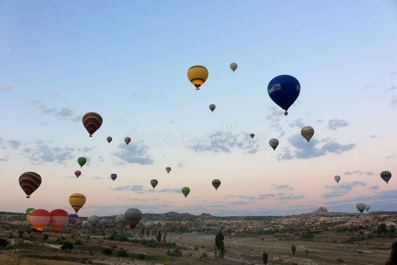 Svegliando sulla zona di lancio delle mongolfiere in Cappadocia fotografia stock libera da diritti