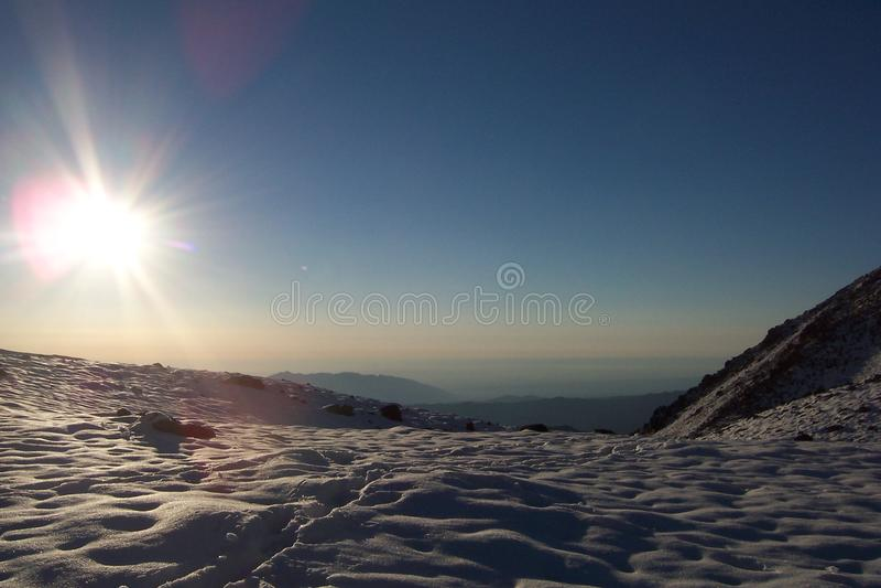 Svegliandosi nelle montagne fotografie stock