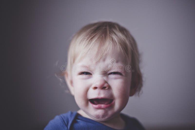 Sveglio un piccolo bambino grida amaramente Fine in su fotografie stock libere da diritti