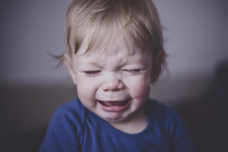 Sveglio un piccolo bambino grida amaramente Fine in su immagini stock libere da diritti