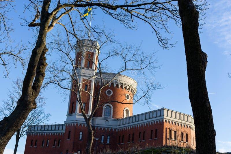 Svensk flagga på byggnad i Stockholm, Sverige royaltyfri bild