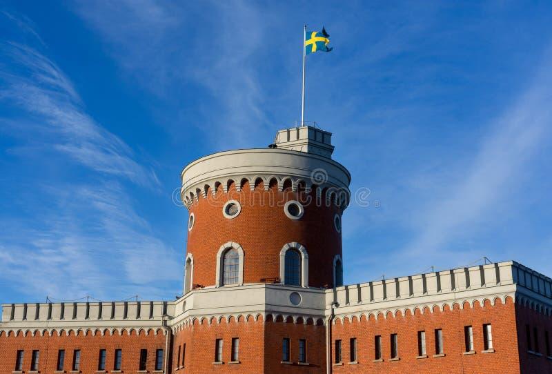 Svensk flagga på byggnad i Stockholm, Sverige royaltyfria bilder