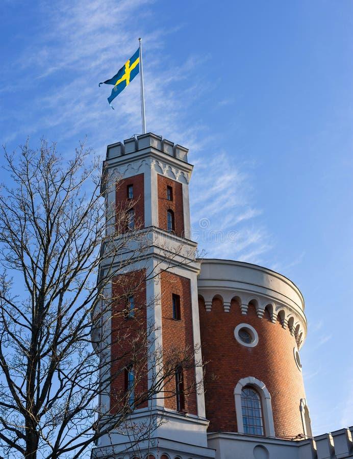 Svensk flagga på byggnad i Stockholm, Sverige arkivfoto