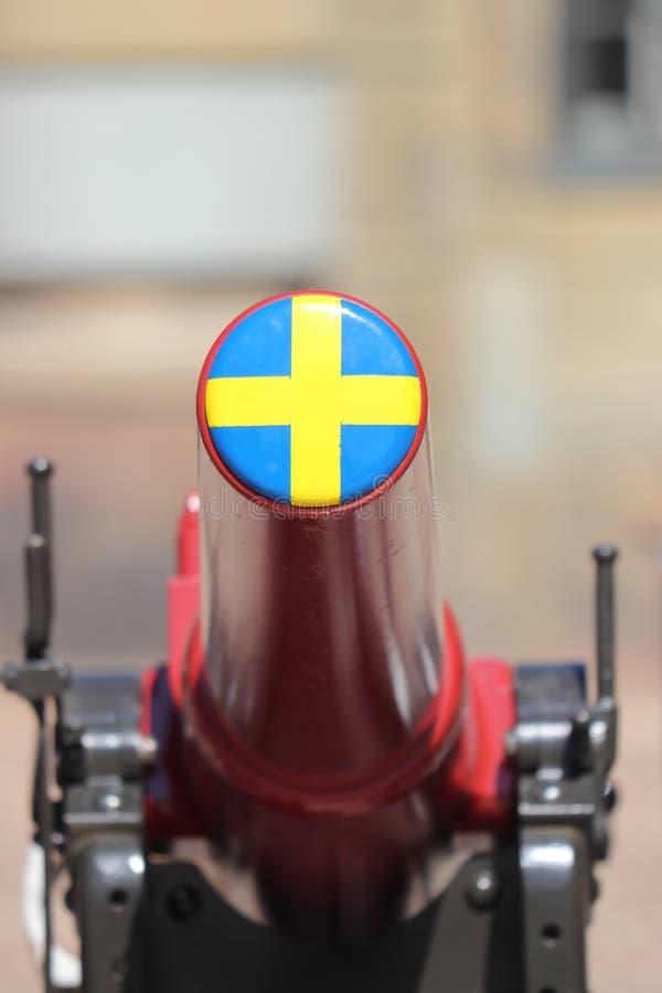 Svensk flagga på kanon i stockholm på ferie arkivfoto