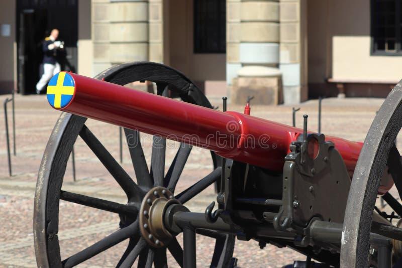 Svensk flagga på kanon i stockholm på ferie royaltyfri fotografi