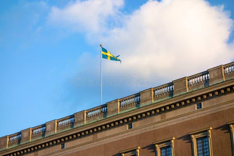 svensk flagga på slotten Stockholm arkivbilder