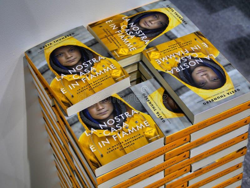 Svensk klimataktivist Greta Thunberg att publicera i Italien som boken som översätts som 'vårt hem, bränner ut ', royaltyfri foto