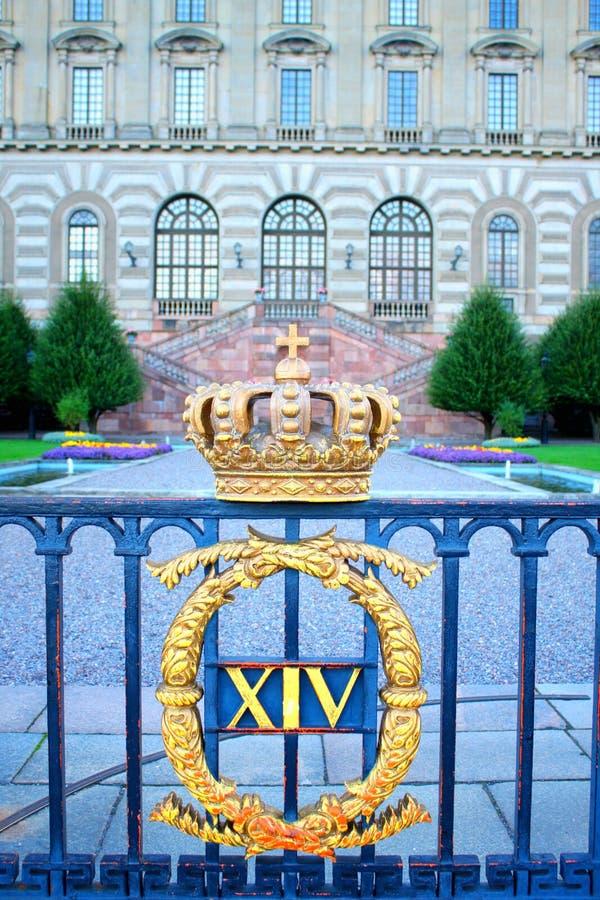 Svensk kunglig krona på den Royal Palace fyrkanten i Stockholm royaltyfria foton