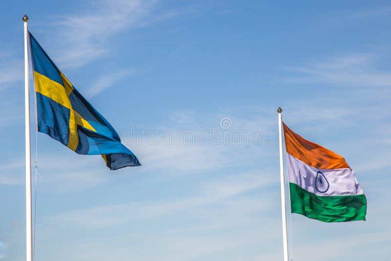 Svensk och indisk flagga med en blå himmel royaltyfria foton