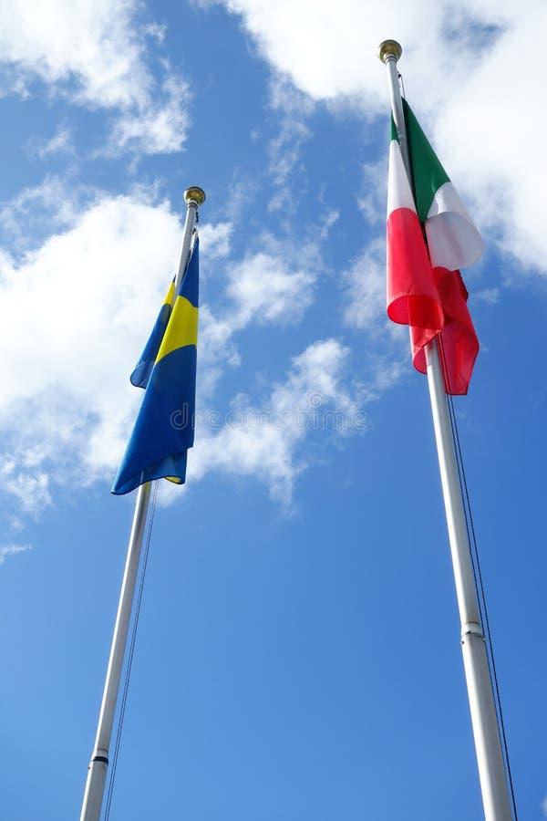 Svensk och italiensk flagga fotografering för bildbyråer