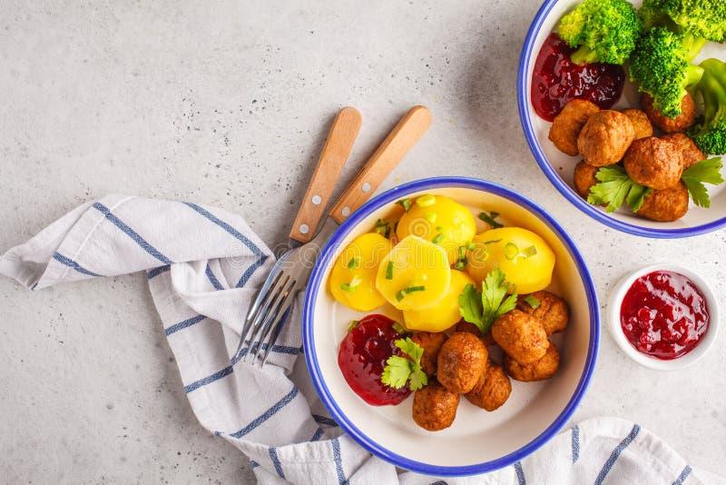 Svenska köttbullar med broccoli, kokta potatisar och tranbär s royaltyfria foton