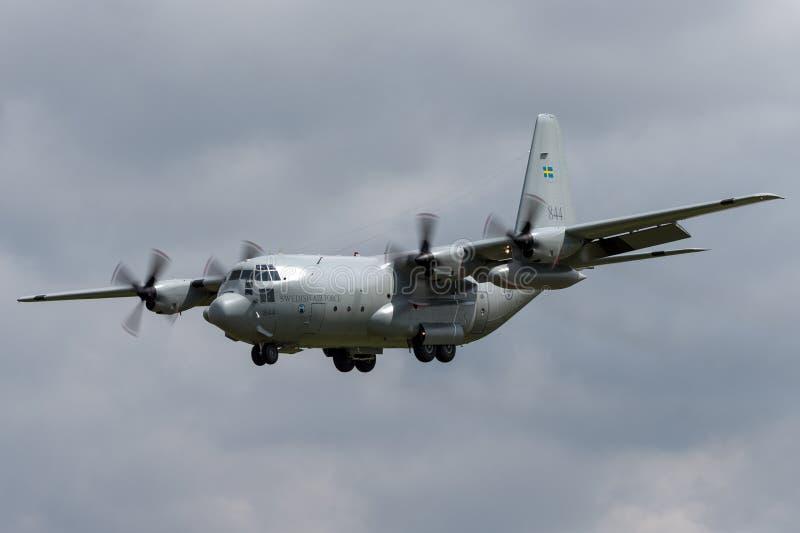 Svenskt flygplan för flygvapenFlygvapnet Lockheed C-130H Hercules militärt transport royaltyfria bilder