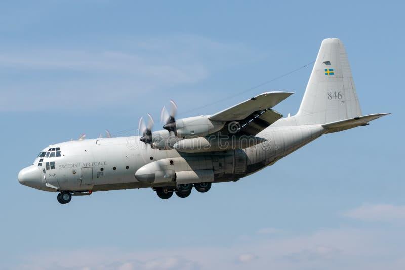 Svenskt flygplan för flygvapenLockheed C-130H Hercules militärt transport royaltyfria bilder