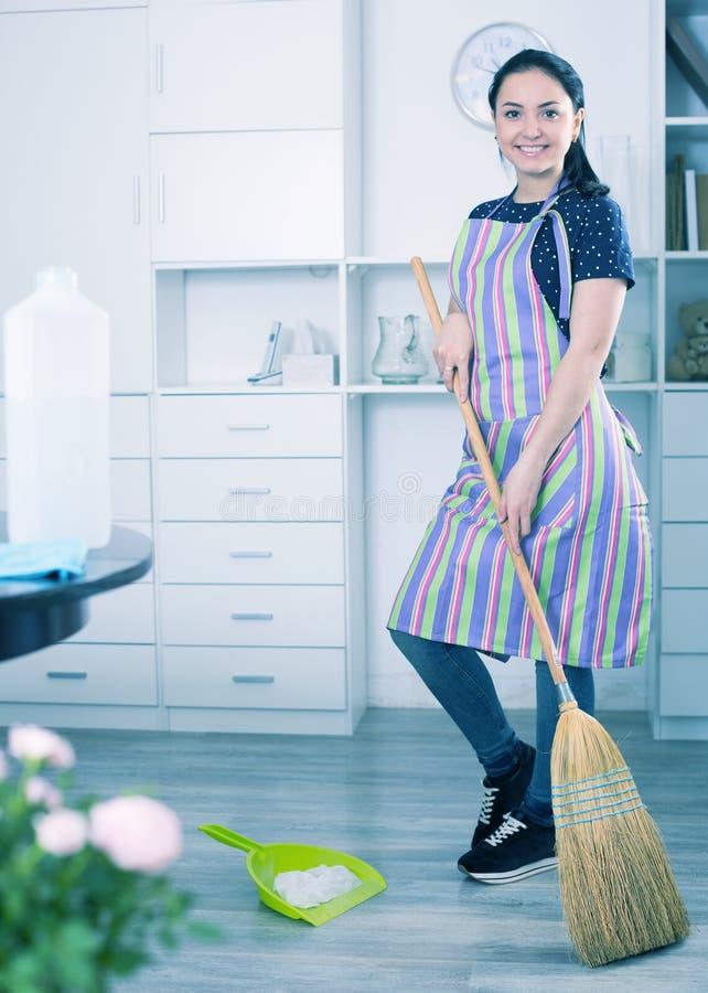 Svepande golv för gladlynt flicka arkivfoton