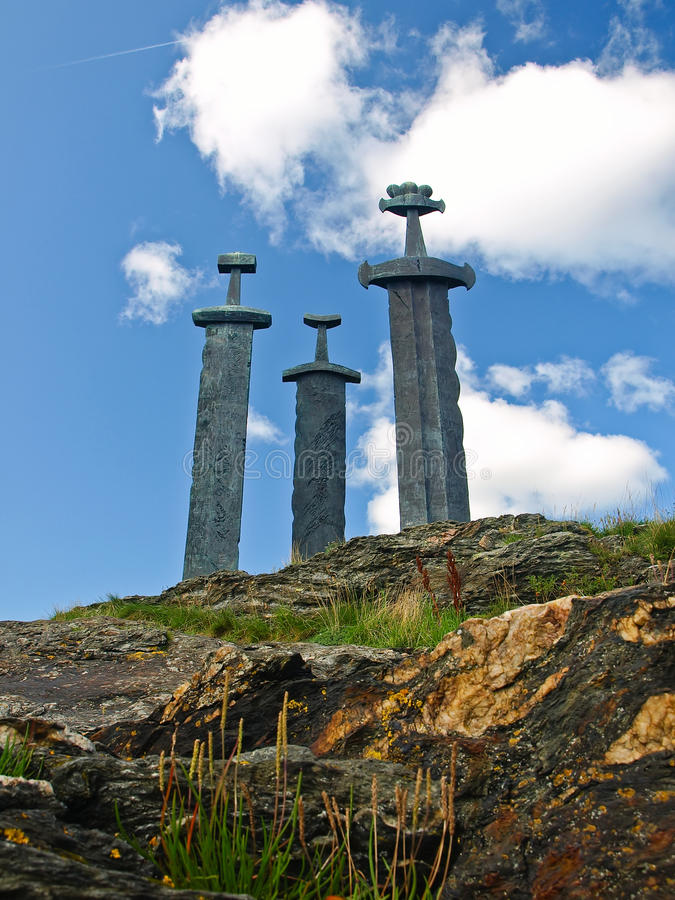 Sverd mim fjell (inglês: As espadas na rocha) são um monum imagens de stock