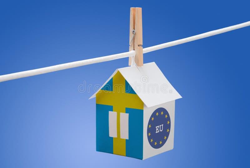 Sverige, svensk och EU-flagga på pappers- hus royaltyfria bilder