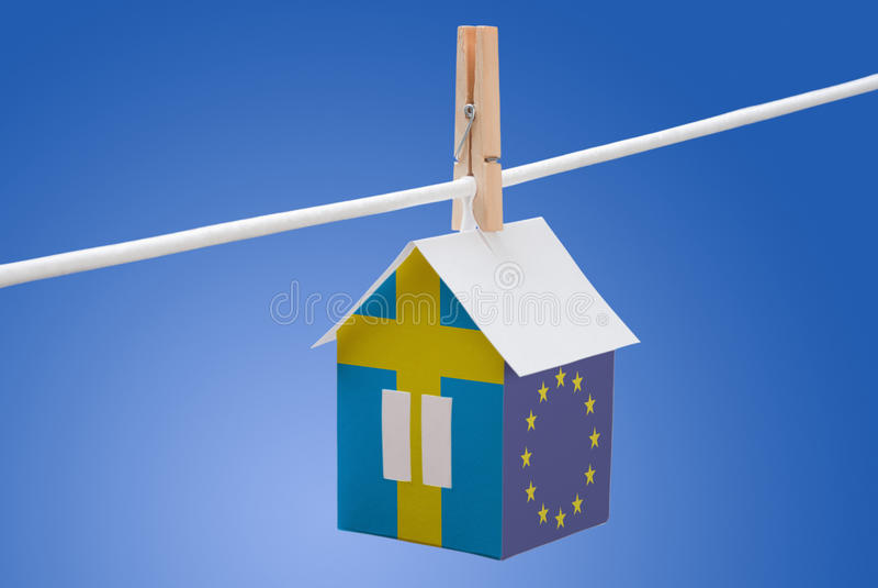 Sverige, svensk och EU-flagga på pappers- hus arkivbilder