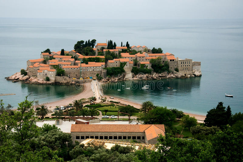 Sveti斯蒂芬或圣徒斯蒂芬是在黑山的亚得里亚海的海岸的一个小小岛 免版税库存照片