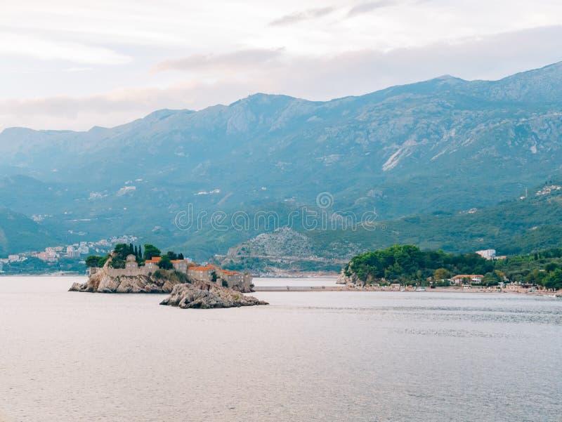 Sveti斯蒂芬海岛,从Crvena Glavica海滩的看法  mont 免版税图库摄影