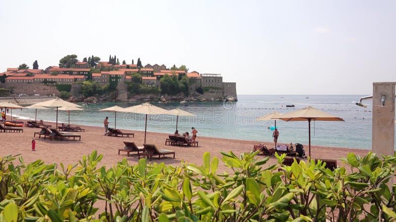 SVETI斯蒂芬,黑山- 2018年7月30日 海滩和著名阿门洲度假旅馆海岛 库存图片