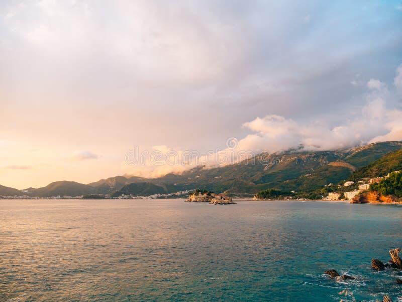 Sveti斯蒂芬,从Crvena Glavica, a海滩的看法海岛  库存图片