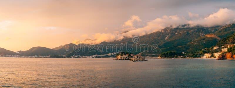 Sveti斯蒂芬,从Crvena Glavica, a海滩的看法海岛  免版税库存照片