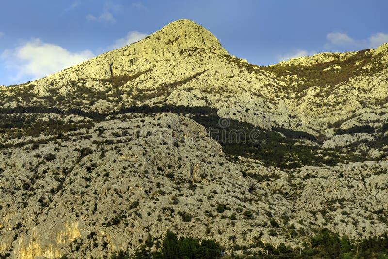 Sveti Jure - picco di montagne di Biokovo vicino a Makarska, Croazia fotografia stock libera da diritti