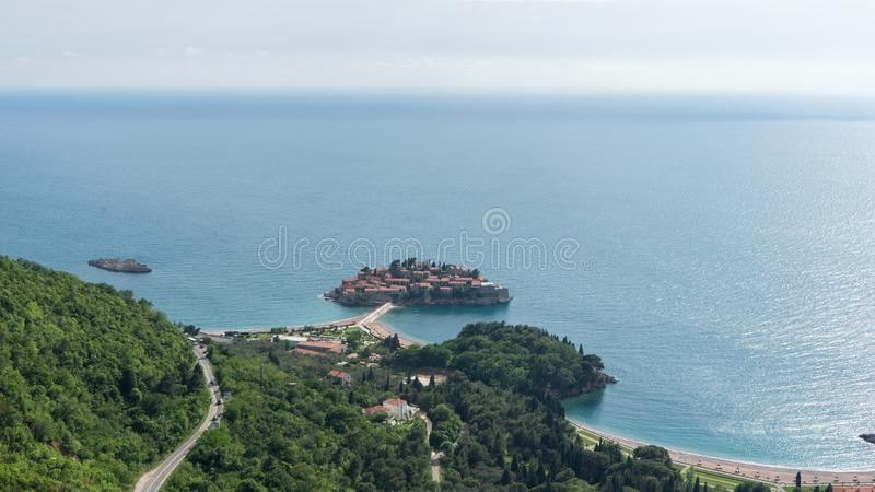 Sveti Stefan, Ansicht vom Berg Montenegro, das adriatische Meer, die Balkan Insel im Meer mit Hotel- und Stadtinnere lizenzfreie stockfotos