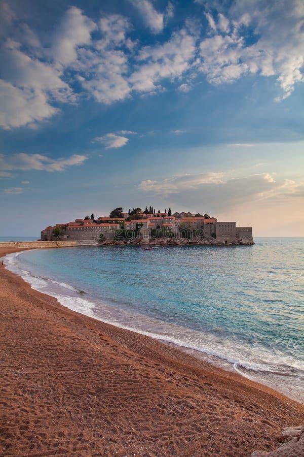 Sveti Stefan, ilhota pequena e recurso em Montenegro fotografia de stock