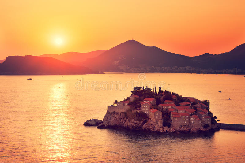 Sveti Stefan Island em Montenegro no mar de adriático foto de stock royalty free