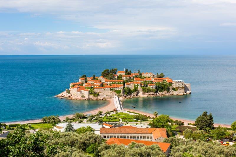 Sveti Stefan Island en Montenegro, poseído por el hotel de Amman, en el mar azul imagenes de archivo