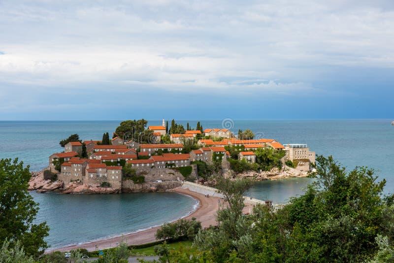 Sveti Stefan Island in Montenegro, besessen durch das Amman-Hotel, im blauen Meer stockbild
