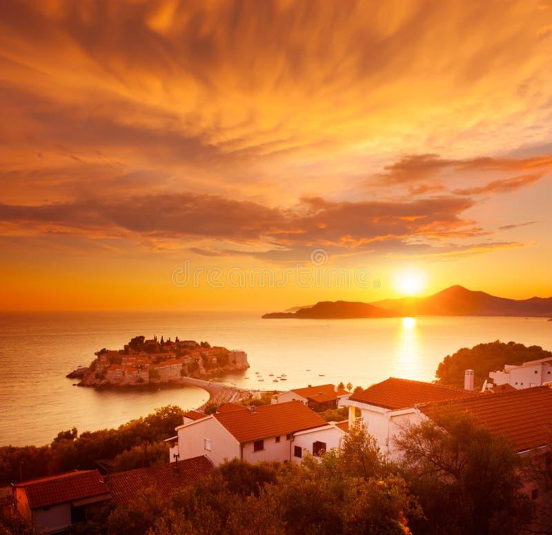Sveti Stefan Island in Montenegro bij Adriatische Overzees stock afbeelding