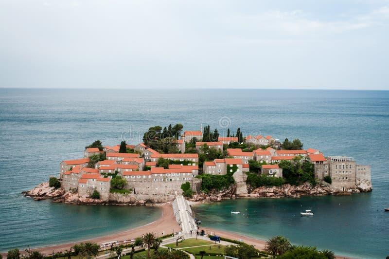 Sveti Stefan jest małym wysepką na Adriatyckim wybrzeżu Montenegr zdjęcia stock