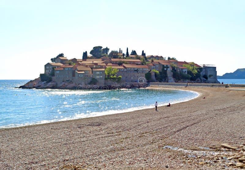 Sveti Stefan na mola ensolarada, uma ilhota pequena na costa adriático de Montenegro, Balcãs imagem de stock royalty free
