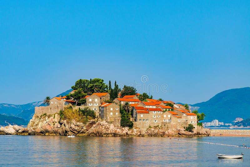 Sveti Stefan am Tageslicht in Montenegro lizenzfreie stockfotografie