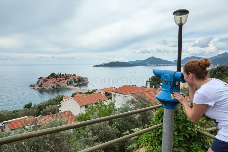 Sveti Stefan wyspa i Adriatycki morze w panoramie od monety działaliśmy lornetki w wzgórzu miasteczko Montenegro, Europa obraz stock