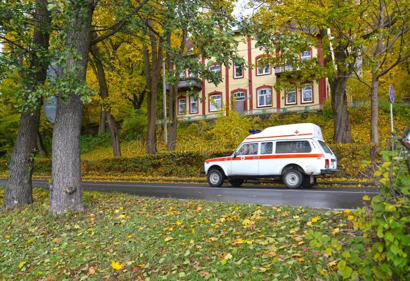 Svetlogorsk,俄罗斯 紧急医疗服务汽车在秋天街道上去 免版税库存照片