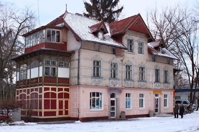 SVETLOGORSK, KALININGRAD-GEBIED, RUSLAND - FEBRUARI 13, 2011: De oude vroegere Duitse bouw in beroemde Russische overzeese toevlu stock foto