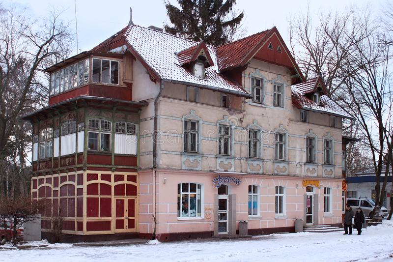 SVETLOGORSK, REGIÓN DE KALININGRADO, RUSIA - 13 DE FEBRERO DE 2011: Edificio alemán anterior viejo en el centro turístico ruso fa foto de archivo