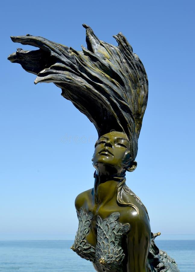 Svetlogorsk, Russia Un ` delle ondine del ` del frammento della scultura contro lo sfondo del cielo blu fotografie stock