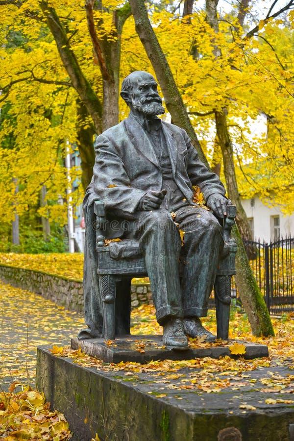 Svetlogorsk, Russia Un monumento all'accademico I P Pavlov contro lo sfondo degli alberi di autunno immagini stock libere da diritti